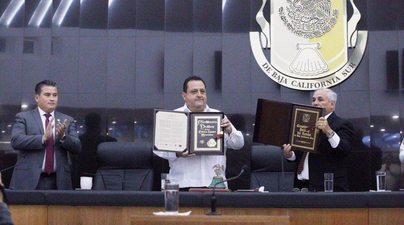 Entrega Gobernador al Congreso réplicas de Constituciones Mexicana y del Estado