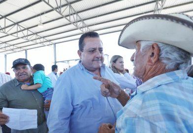 Entrega gobernador más apoyos a ganaderos