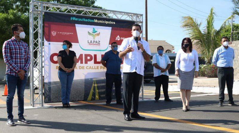 Entrega Rubén Muñoz la calle Puesta del Sol, resultado del Programa de Pavimentación de La Paz