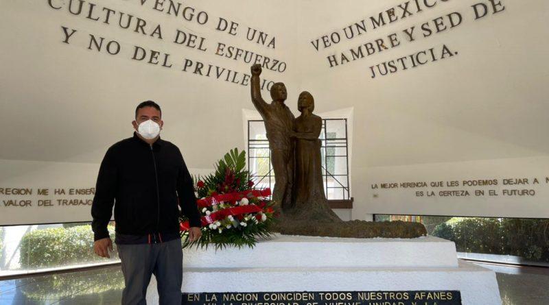 Mausoleo de Luis Donaldo Colosio es visitado por elLíder social Alejandro Rojas